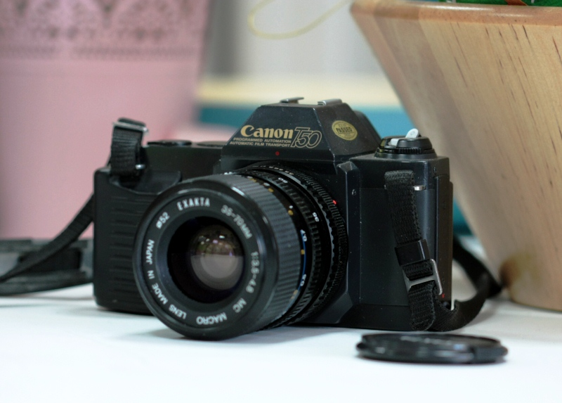 canon t50 + exacta 35-70 mm f/ 3.5-4.8 mc macro